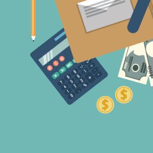 Une calculatrice, des pièces et un stylo sont sur une table