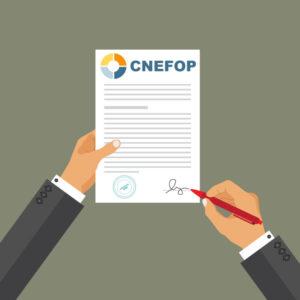 Un homme détient un certificat Cnefop pour Qualiopi