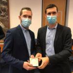 deux hommes avec un masque reçoivent une médaille