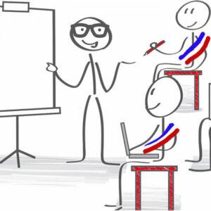un homme montre quelque chose au tableau au deux personnes assises